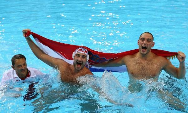 Los jugadores de Croacia celebran su triunfo en el waterpolo