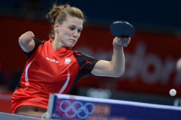 La polaca Partyka juega al tenis de mesa aunque el falta un antebrazo