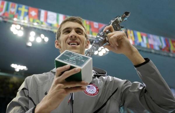 Phelps con el trofeo que le acredita como el deportista con más medallas olímpicas