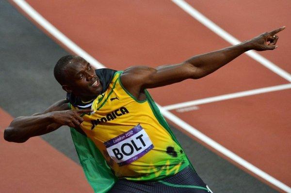 Usain Bolt celebra como suele hacer su victoria en los 100 metros lisos