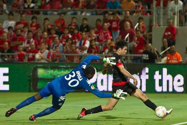 Diego Costa marcando al Hapoel Tel Aviv