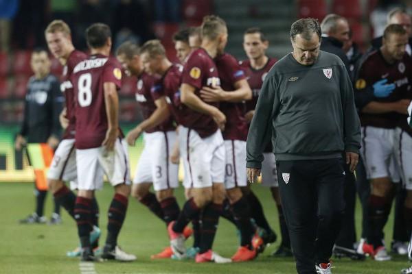 Marcelo Bielsa cabizbajo tras la derrota de su equipo en Praga