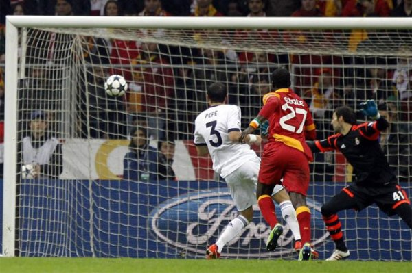 Eboue le marcó un golazo al Real Madrid