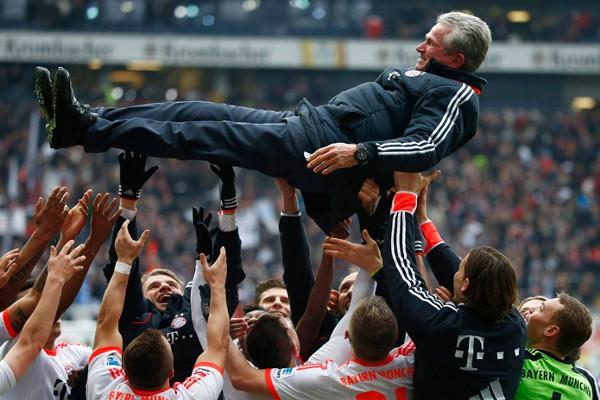 El Bayern celebró el título con el manteo a Heynckes