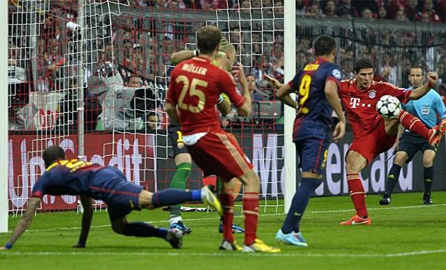 Mario Gomez marca uno de los cuatro goles del Bayern al Barça