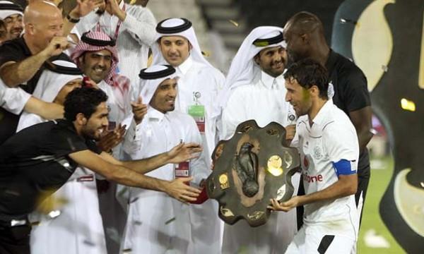 Raúl con el título de campeón de Qatar