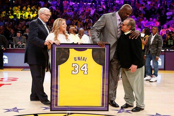 O'Neal junto a Phil Jackson, Jeanni Buss y Jack Nicholson