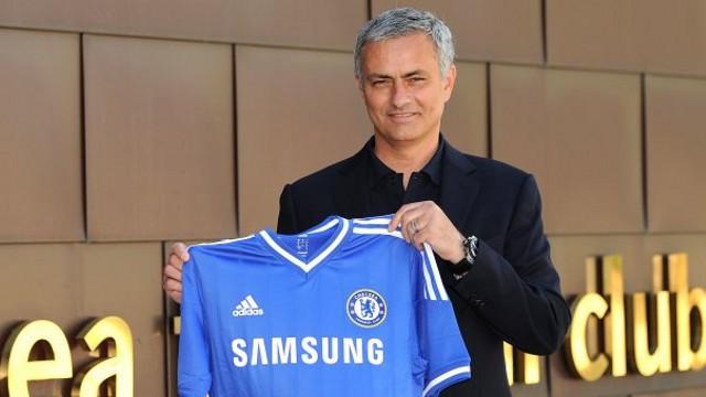 Mourinho con la camiseta del Chelsea, su nuevo club tras dejar el Real Madrid