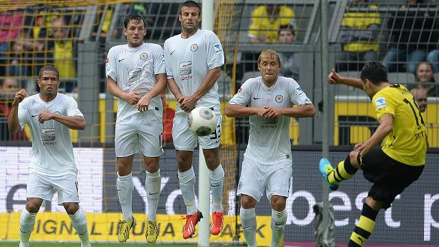 Sahin lanzando una falta con el Borussia Dortmund