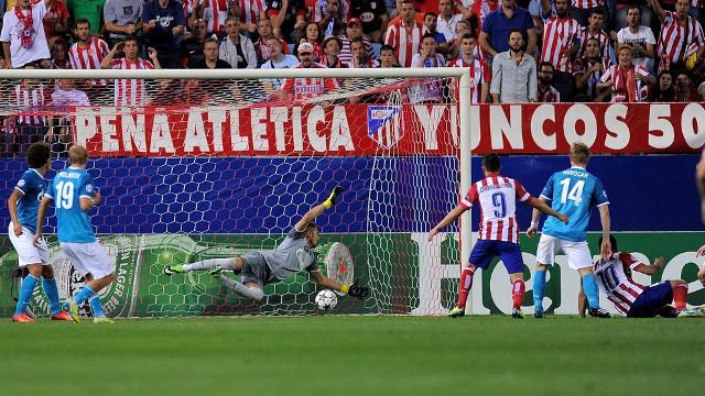 El turco Arda Turan marca el segundo gol del Atlético