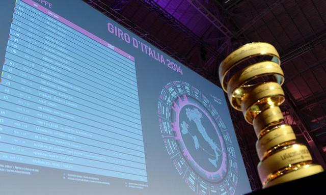 Las etapas del Giro de Italia 2014 junto al trofeo de la carrera