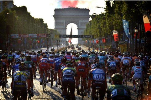 El pelotón llegando a los Campos Elíseos en el Tour 2013