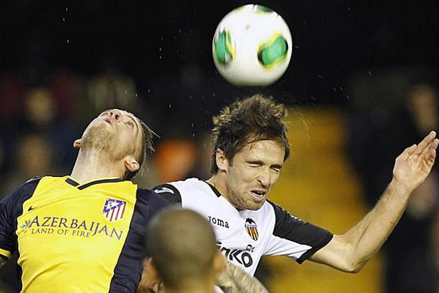 Valencia y Atlético pelearon cada balón con mucha intensidad