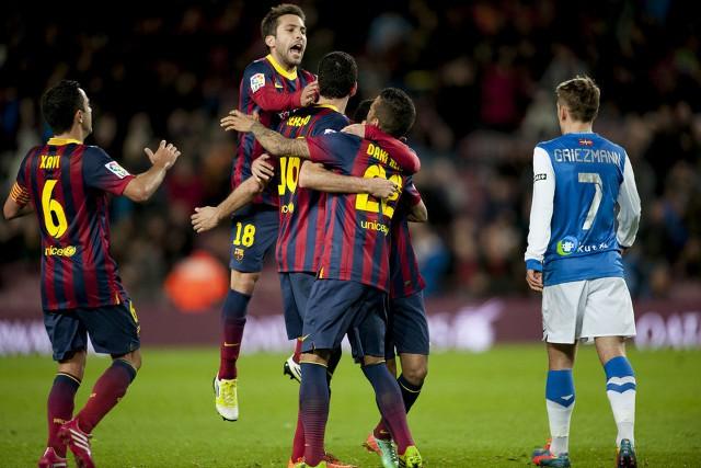 Los jugadores del Barcelona abrazan a Busquets tras su gol