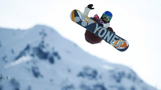 La rider Queralt Castellet en pleno vuelo en Sochi