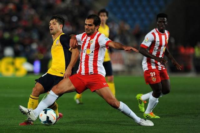 Verza anotó los dos goles del Almería ante el Atlético