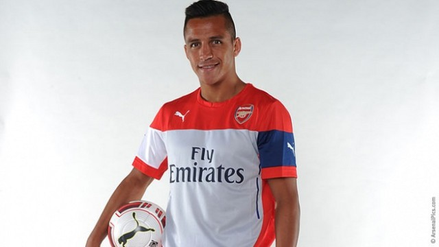 Alexis Sánchez ya posa con la ropa del Arsenal