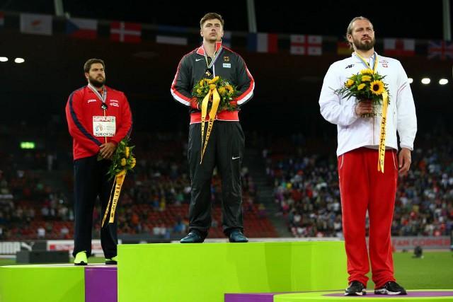 Vivas, al fondo, en el podio con su medalla de plata