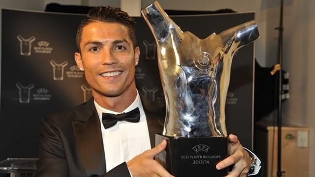 Cristiano con el premio al Mejor Jugador de Europa