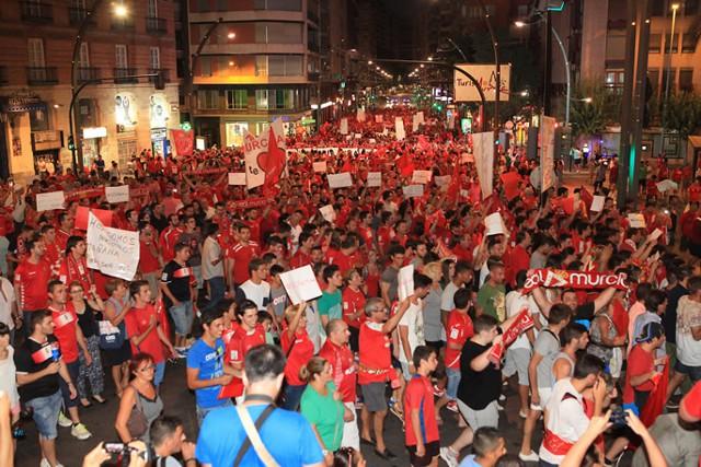 La afición del Murcia no pudo impedir el descenso del equipo
