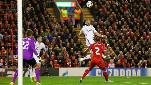 Benzema marcó dos goles en Anfield Road