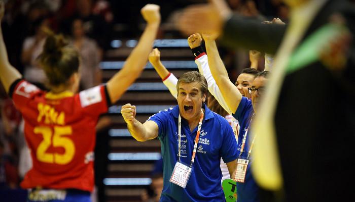 El seleccionador Jorge Dueñas celebra el pleno de España en el Europeo