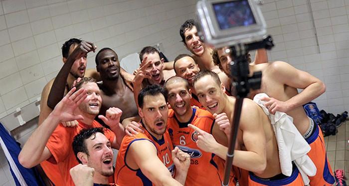 Los jugadores del Ford Burgos celebran en el vestuario el ascenso a la ACB