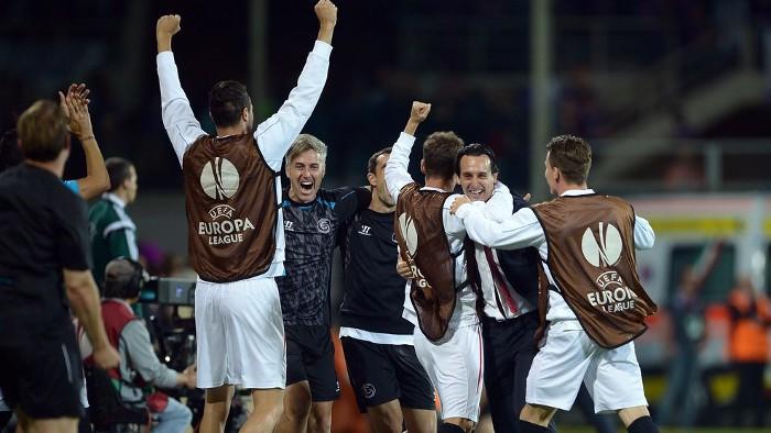 Emery celebra con sus jugadores un gol del Sevilla
