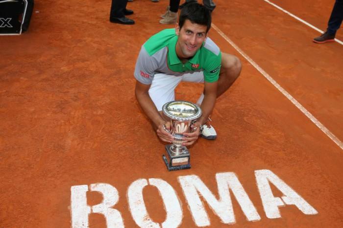 Novak Djokovic con el trofeo en Roma