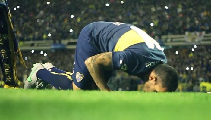 Tévez besa el césped de La Bombonera en su regreso a Boca Juniors