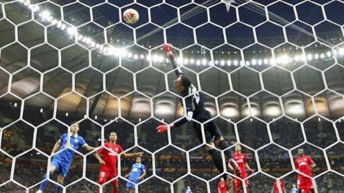 Sergio Rico aspira a la mejor parada de la temporada en Europa