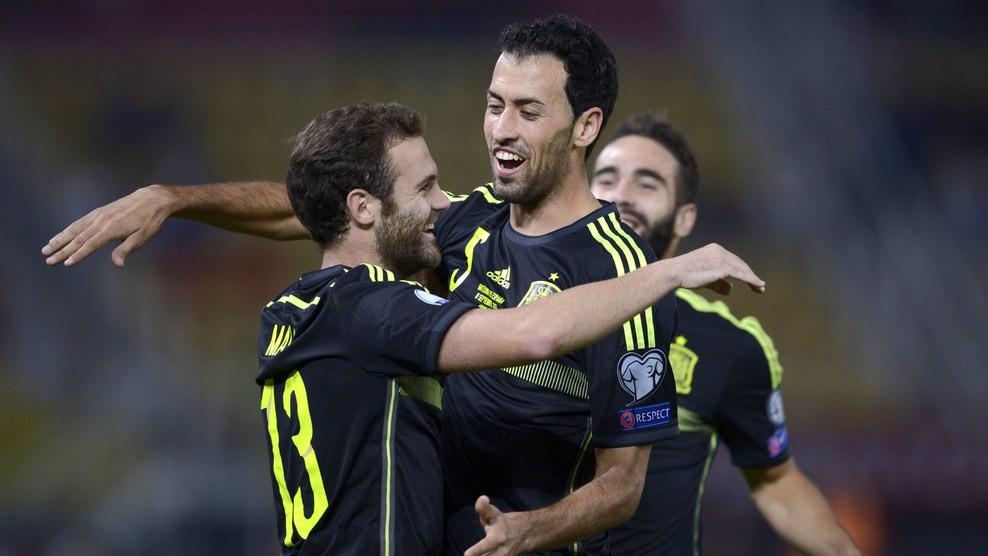 Un gol de suerte de Mata en Macedonia mete a España virtualmente en la Euro 2016