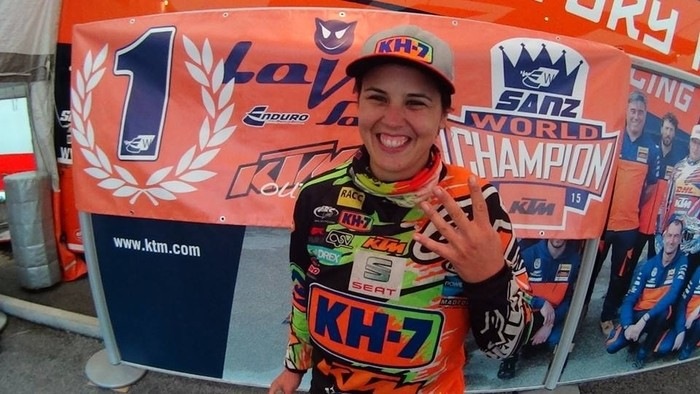 Laia Sanz, feliz tras ganar su cuarto mundial de enduro