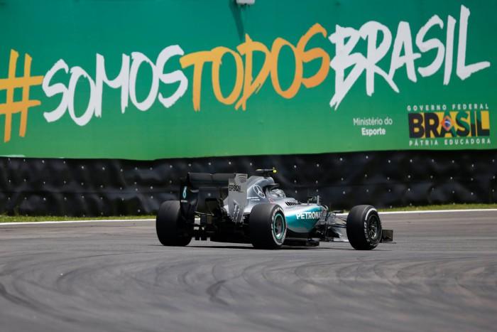 Mercedes gana en Brasil