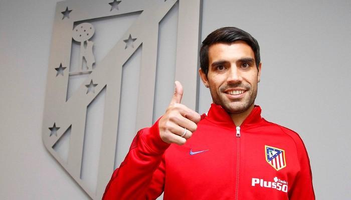 Augusto Fernández posa como nuevo jugador del Atlético de Madrid