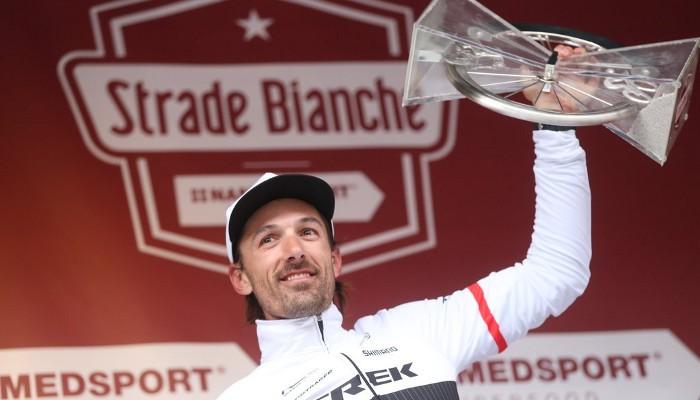 Cancellara celebra su tercera victoria en la Strade Bianche