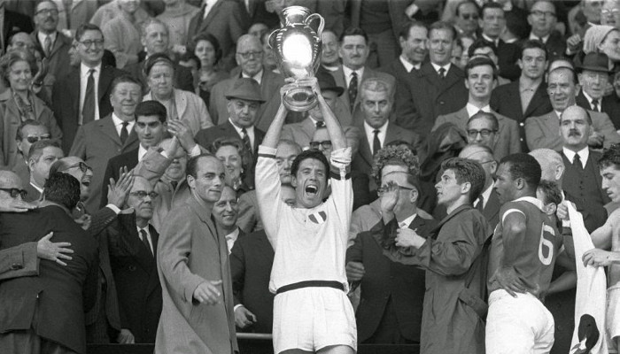 Cesare Maldini con la Copa de Europa de 1963