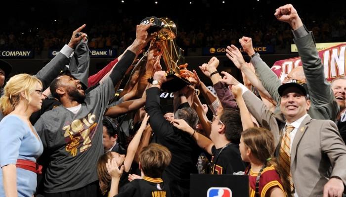 Los Cavaliers con su primer trofeo de campeones de la NBA