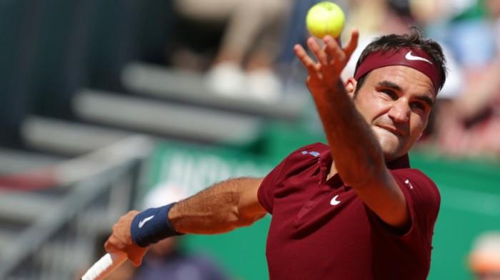 Federer a octavos en Halle