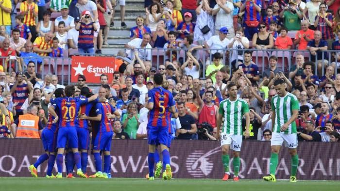 El Barcelona goleó al Betis para colocarse como el primer líder