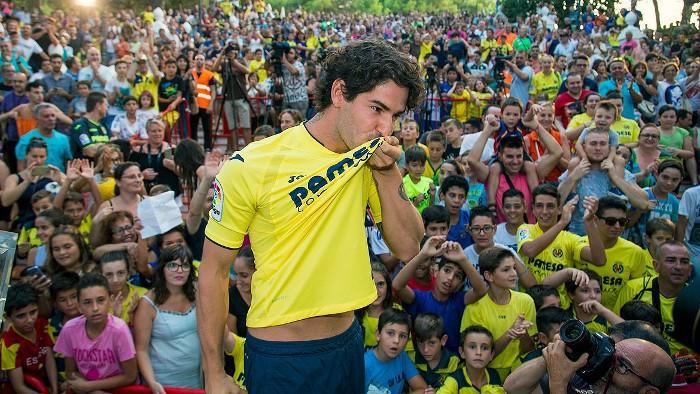 Pato ya besa el escudo del Vilarreal