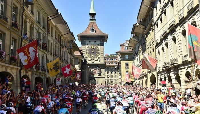 El pelotón pasando por una localidad suiza durante el Tour 2016
