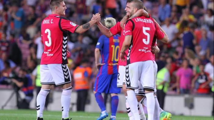 El Alavés dio la sorpresa de la jornada al ganar en el Camp Nou