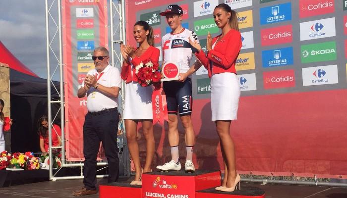 Mathias Frank en el podio de la Vuelta tras ganar una etapa