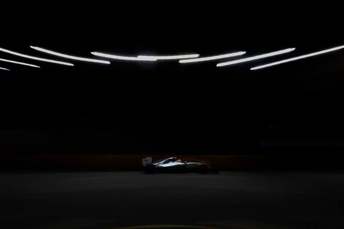 Mercedes en la noche de Singapur