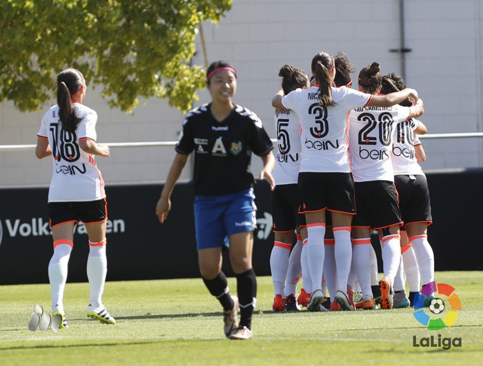 El Valencia golea y lidera la clasificación