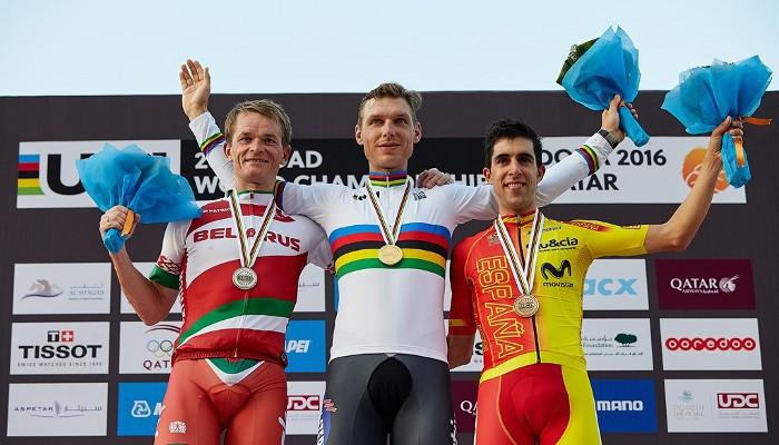 Tony Martin en el podio con Kiryienka y Castroviejo