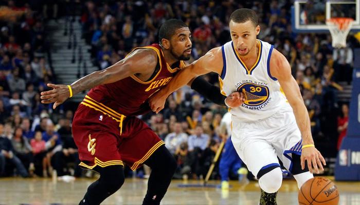 Curry e Irving en acción en un partido de la NBA