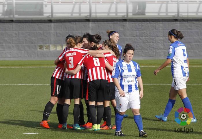 Las jugadoras vascas celebran su gol ante el Sporting
