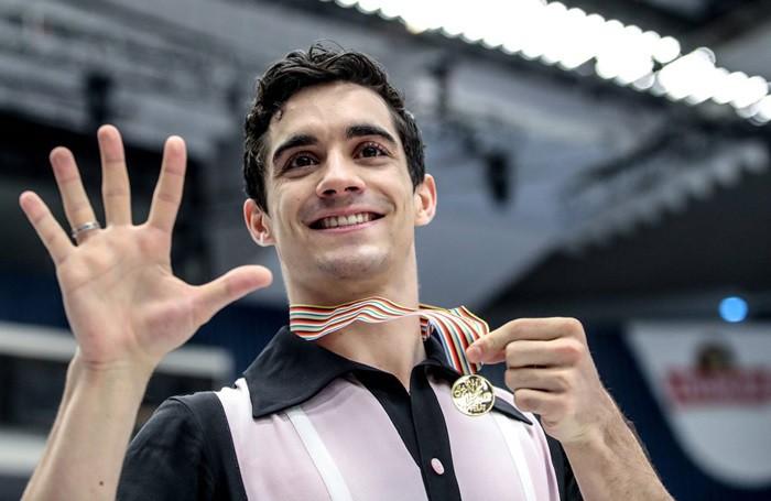 Javier Fernández celebrando su quinto título europeo